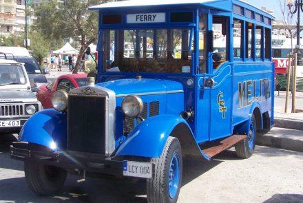 Malta adasında nostaljik tur yapan bir otobüs